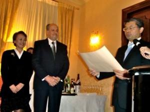 Keiko e Massimo Mei con il console Hiroshi Azumaha